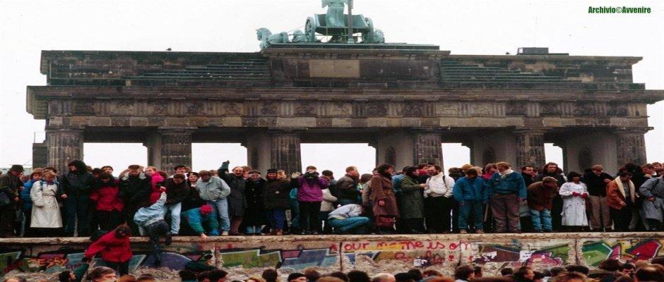 30 ANNI FA CADEVA IL MURO DI BERLINO: uomini e donne sono di nuovo libere di incontrare i propri cari!